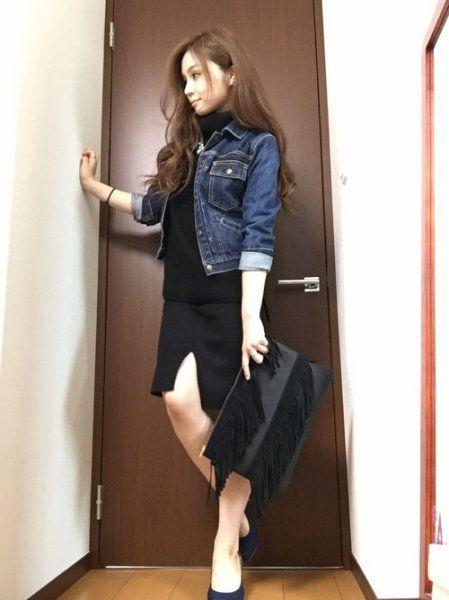 黒のタートルネックのノースリーブニットにデニムのジャケットのコーデです。タートルネックとデニムジャケットはよく合う組み合わせです。スリットが入ったスカートやフリンジのクラッチバッグでオトナカッコいいコーデです。