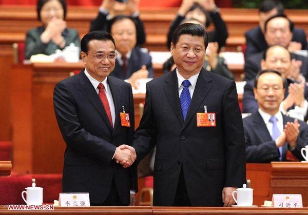 Premier en president schudden elkaars hand.  (Li Keqiang  en Xi Jinping)