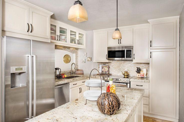 Дизайн кухни площадью 6 кв. м с холодильником: как оптимизировать пространство и 70 функциональных идей http://happymodern.ru/dizajn-kuxni-6-metrov-s-xolodilnikom-foto/ Что бы кухня не казалась стерильно белой, нужно внести один или несколько ярких акцентов в интерьер. Привнести цвет в интерьер можно с помощью системы освещения, напольного покрытия, каменных или деревянных столешниц