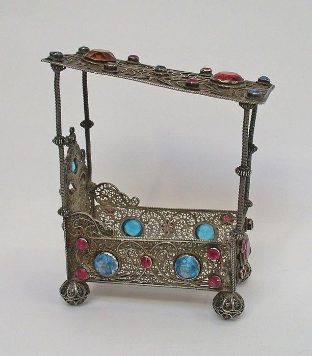 Miniatuur hemelbed, filigrain zilver, bezet met geslepen glasstenen, mogelijk 18e eeuw