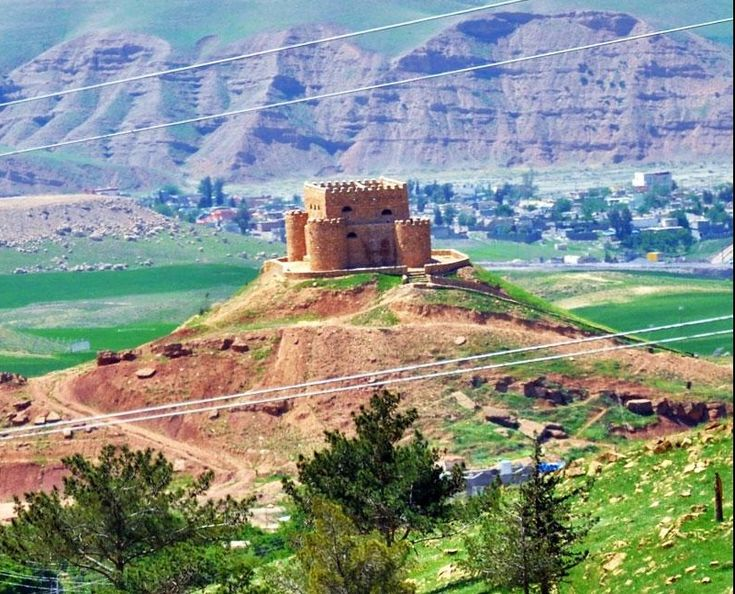 The Khanzad Castle near Erbil was build during the Soran Emirate in the 16th century. Soran was a Kurdish emirate based in southern Kurdistan. Interesting: Mir Muhammad who ruled the emirate from 1814 was a direct descendant of Sultan Selahedîn.