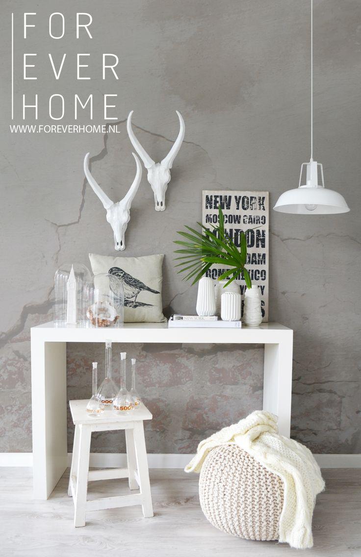 industrial interior modern living grijstinten industrieel wonen wandschedel naambord gebreide poef wit hanglamp metaal www.foreverhome.nl