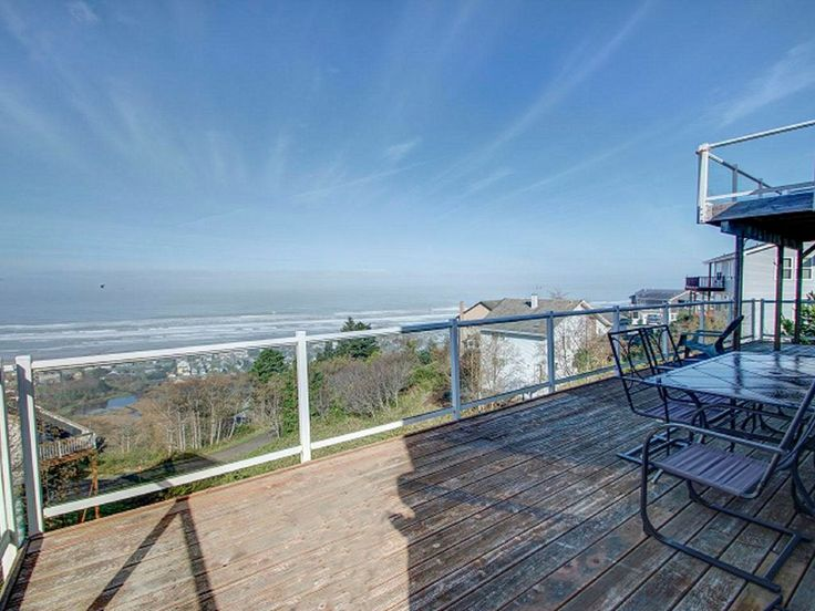 Crow's Nest-sweeping ocean views, comfort and luxury! Sleeps 6.. Spacious beautiful home on hill with amazing sea views. Watch the breaking waves, gorgeous ...