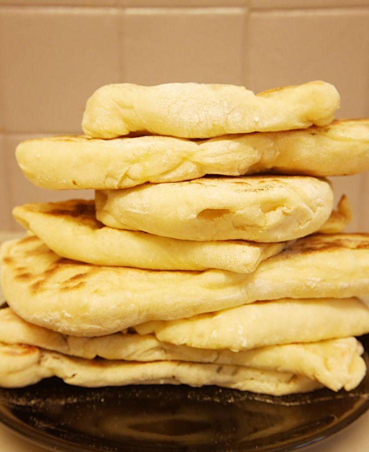 Cette idée de naans sucrés vient directement de mon mari gourmand … Les naans font toujours l'unanimité en version salée, alors pourquoi pas les tester en version sucrée au petit déjeuner du coup ! Je me suis donc lancée en cuisine pour lui en fonctionner une grande fournée. Original cela …