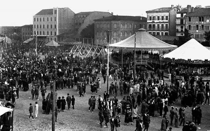 1920.Barracas en la Plaza del Castillo.