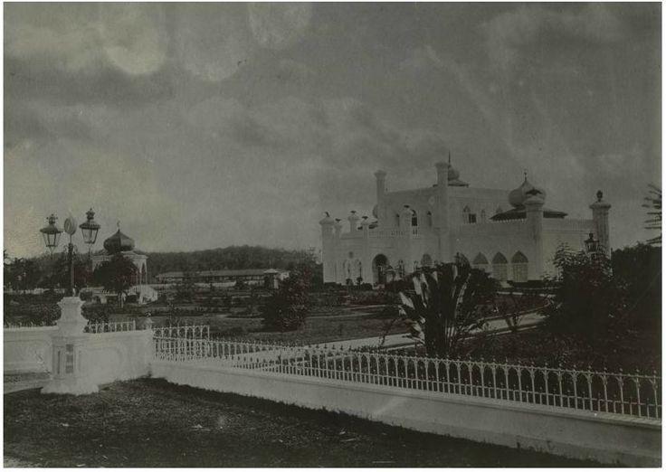 Paleis van de sultan Sjarif Kasim Abdul Djalil Saifoedin van Siak te Siak Sri Indrapoera_Circa 1905 (collectie tropenmuseum potret)