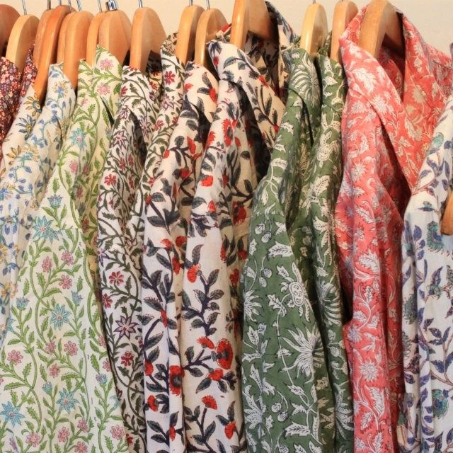 ¿Habéis visto las camisas estampadas que tenemos de Humphries and Begg? ¡No vais a saber por cuál decidiros! Para su diseño utilizan una técnica auténtica de estampación exportada de la India. #estampacion #camisetas #flores #pattern #shirts #humphriesandbegg vía @Humphries and Begg