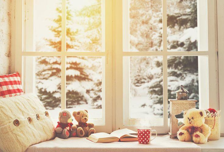 雪の降る地域では必須とされている二重窓は、結露の防止効果があって、断熱性もバツグンなのでお部屋の保温効果もあります。そんな二重窓も、ホームセンターで売っているプラダン(プラスチック製段ボール)を使えば簡単にDIYできるんです!隙間風を防いでお部屋を快適に、そのうえ暖房の効きもよくなり電気代も節約できてとってもエコ。ローコストで自作できるので、結露や隙間風に悩む方におすすめ。今回はその作り方をご紹介します。 この記事の目次 寒い地域では当たり前の二重窓 断熱・結露防止に効果的といわれる二重窓 やっぱり二重窓はコストもお高め 簡易の二重窓なら自作できる! 作り方1:必要な材料はこれだけ 作り方2:カットしたプラダンをレールに取り付けるだけ アレンジ1:プラスチック製のレールが用意できない時は… アレンジ2:サッシを木材で作る人も… アレンジ3:ぶきっちょさんは切って貼り付けるだけでOK 簡単内窓DIYで冬のお部屋を快適に! 寒い地域では当たり前の二重窓 image by PIXTA / 22750347 冬になるとどこからかすき間風が入って、暖房をかけているのに寒い…なんて...