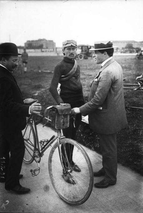 Henri Pélissier en el velódromo Parque de los Principes a finales de los 1910 Tour de Francia.