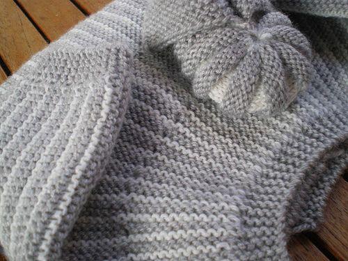 Un nouveau petit ensemble tricoté en gris et blanc avec tendresse et pour le plaisir, Et cet ensemble Tricot Layette – Brassière grise et blanche et chaussons assortis, c'est aussi just…