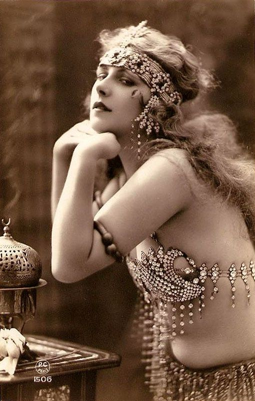 pasadoperdido:  1900's beauty @Karen Darling Space & Stuff Blog Warner - this is a different pose of the same model that looks like you.