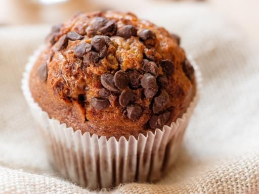 Muffins aux pépites de chocolat et à la compote de pommes : Recette de Muffins aux pépites de chocolat et à la compote de pommes - Marmiton