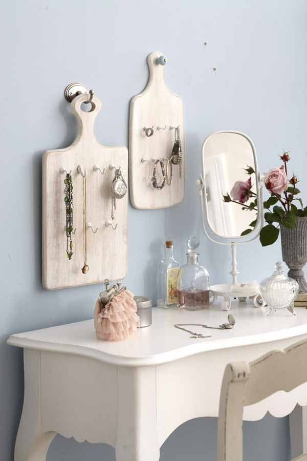 Paint some old cutting boards, add a few hooks & hang your jewelry!  Very clever, indeed.