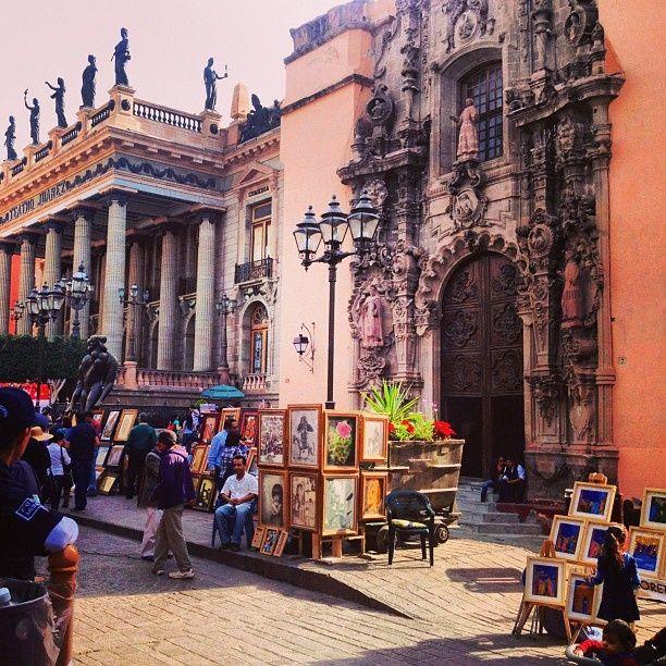 El Templo de San Diego y al fondo el Teatro Juárez, a un lado del Templo está el Hotel San Diego Guanajuato, con inmejorables vistas y ubicación.