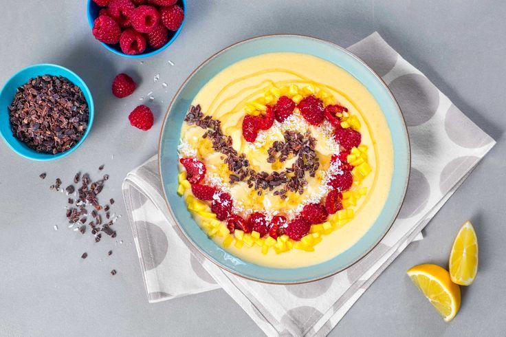 En frisk og deilig smoothie som faller i smak hos både store og små. Mango og bringebær er en klassisk kombinasjon og denne fungerer både som en god start på dagen og som dessert.