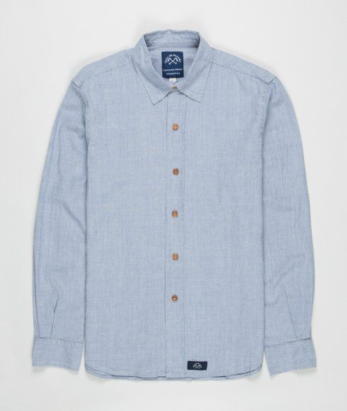 The Chemise Standard Denim shirt from Bleu de Paname is made in France from 100% cotton. Featuring a pointed collar, wooden buttons, curved hem, single button cuffs and woven logo patch.