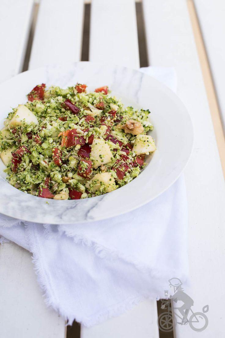 Broccoli is misschien niet meteen je eerste keuze voor een salade maar deze broccolisalade is echt heel erg lekker en perfect voor een warme zomerdag!