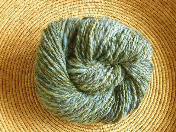 ウール100%の手紡ぎ糸です。いろんな素材・色を混ぜてオリジナルの色合いを作り、紡ぎ車でふんわりと紡いでいます。チクチク感が少なく柔らかく、軽いです。オリジナ... ハンドメイド、手作り、手仕事品の通販・販売・購入ならCreema。