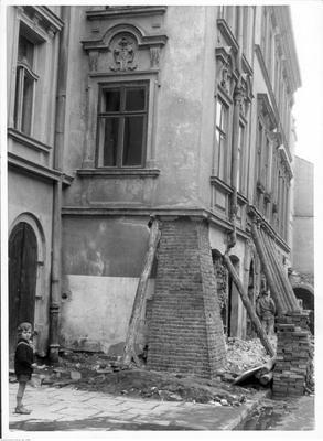 Budowa arkad w kamienicy przy ulicy Krakowskiej w Krakowie - wiodok zewnętrzny kamienicy. Po lewej stronie widoczne dziecko. Data wydarzenia: 1941-10