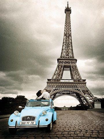Hoog op mijn verlanglijstje: citytripje naar Parijs!  Een zwartwit foto met enkel dat blauwe van de wagen, het brengt de romantiek van de stad wat naar voren. Voor mij stelt deze foto voor wat Parijs voor mij is; de stad van de liefde.