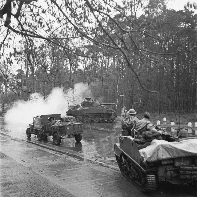 Britse bevrijders op weg naar Hengelo / British liberators in action by Nationaal Archief, via Flickr