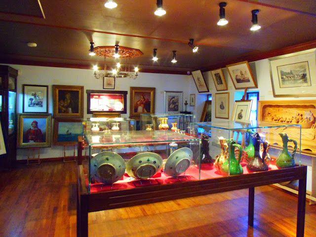 9: Το μουσείο Φώτη Ραπακούση  Βρίσκεται απέναντι από το τζαμί του Ασλάν Πασά. Πρόκειται για ένα μουσείο όπλων, στο οποίο εκτίθενται σπαθιά, μαχαίρι, ξίφη και άλλα είδη όπλων από την προεπαναστατική περίοδο μέχρι και τους Βαλκανικούς πολέμους. Εκτίθενται επίσης διάφορα άλλα αντικείμενα όπως νομίσματα, οικιακά σκεύη, κοσμήματα κ.α.