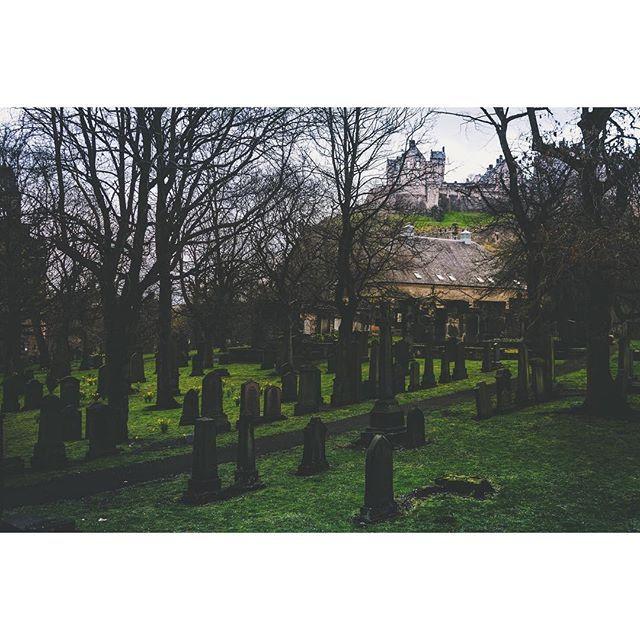{ NUOVO POST SUL BLOG - LINK DIRETTO IN BIO }  Oggi vogliamo parlarti della Old Town di #Edimburgo e delle sue storie macabre e spaventose. 💀 Stai attento, a passeggiare per le vie di questa città di notte.  Attento quando ti avvicini a Grassmarket perché potresti sentire una risata inquietante o i singhiozzi di un uomo arso vivo dopo aver confessato di essere uno stregone. Attento quando passeggi accanto al castello di sera; il suono di una cornamusa proveniente dai sotterranei o la vista…