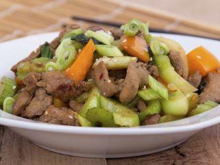 Wok de cerdo con calabaza y zucchini