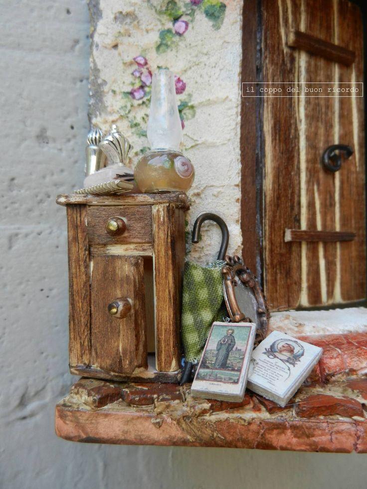 Rigattiere (particolare) Tegole antiche decorate e dipinte a mano. - leggi il post: http://www.coppobuonricordo.it/2013/10/il-rigattiere.html