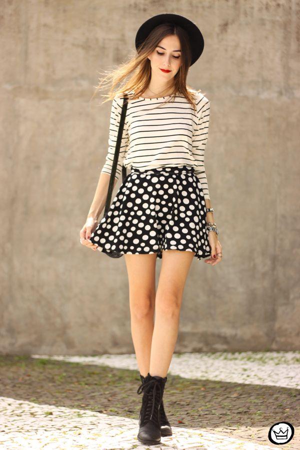 blusa de listras P&B manga 3/4 + saia de poás P&B + botinha cano curto + chapéu preto