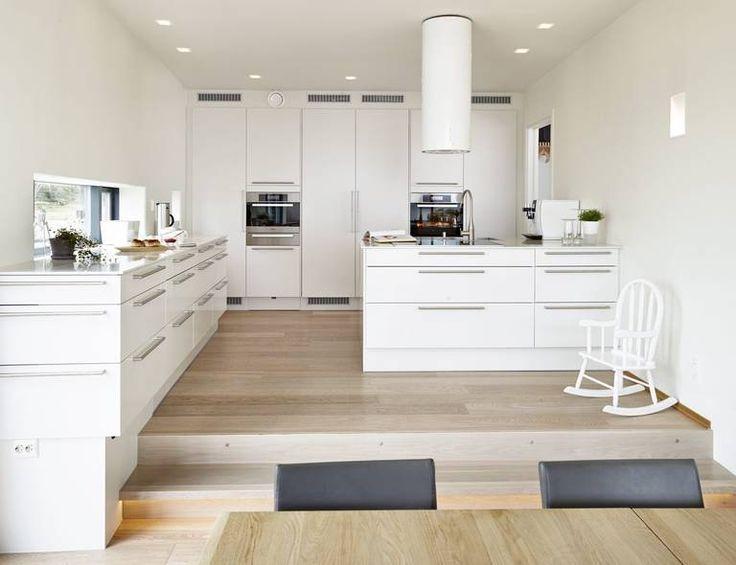 Thygesonsvei 32, interiørarkitekt linda reeves simonsens prosjekt MINIMALISTISK: Kjøkkeninnredningen er fra HTH. Da rommet ble planlagt, la fokus på å finne løsninger som gjorde at familiemedlemmer lett kan manøvrerer seg rundt uten å krasje unødig i hverandre eller benkene.