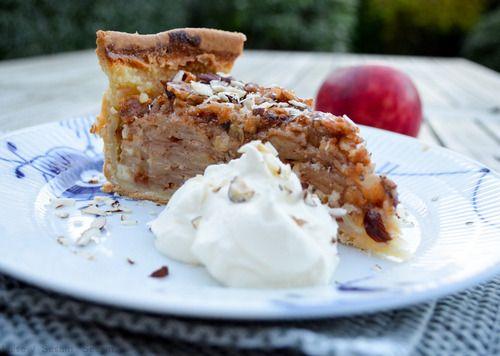 Efterår er æbletid. Især æblekagetid. Hjemme hos mig er vi store fans af  den klassiske gammeldags æblekage og den velkendte æblecrumble; de fungerer  bare altid. I weekenden besluttede vi os nu alligevel for, at det var tid  til at prøve noget nyt. Valget faldt på den her; en æbletærte, der rent  faktisk primært består af æbler. Lige sagen for en æbleelsker som mig.  Kagen var dejligt fugtig, havde en skøn smag af kanel og et sød strejf fra  nøddekaramellen og mazarinen. Ikke værst.…