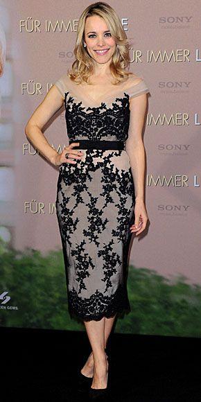 RACHEL MCADAMS  Para asistir a un encuentro con la prensa en Munich, Alemania, para promover su filme The Vow, la actriz eligió este vestido de cóctel en encaje de Collette Dinnigan y zapatos en gamuza negra.