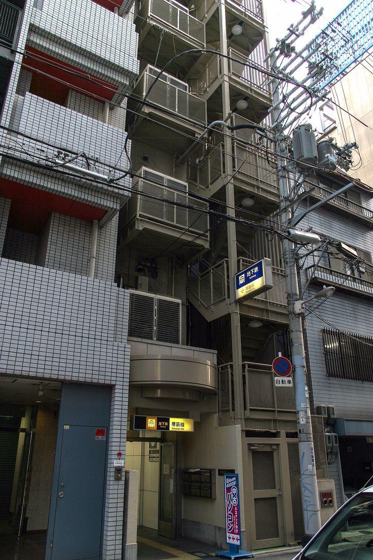 https://flic.kr/p/xRGmYV | 지하철 입구 : Subway Entrance | 일본에서는 여러가지 환경구성을 보는데 오사카의 지하철 입구는 건물 입구와 병행하고 있었습니다. 큰 건물이 아니라 무척 작은 건물 틈새에 있어서 처음에는 눈을 의심했었지요.