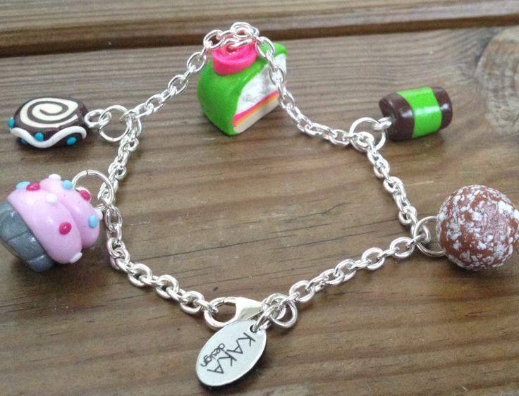 Armband med handgjorda berlocker; prinsesstårtbit, chokladboll, dammsugare, cupcake och rulltårta. Berlockerna är cirka 1-2 cm långa. Alla metalldelar i detta halsband är i äkta 925 silver. Kedja i äkta 925 silvercirka21 cm.