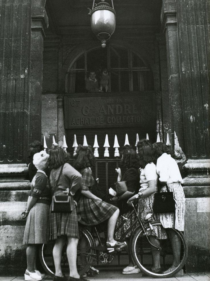Jean Marais parle à des fans depuis l'appartement de Jean Cocteau au Palais Royal, photo Lee Miller, 36 rue de Montpensier, Paris 1er, 1944