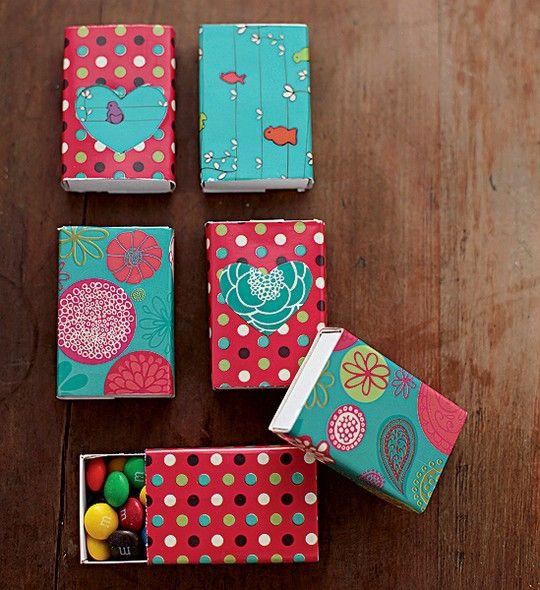 Caixas de fósforo, papéis coloridos e alguma doce surpresa. Use tesoura e cola e pronto: você tem um agrado para os convidados.