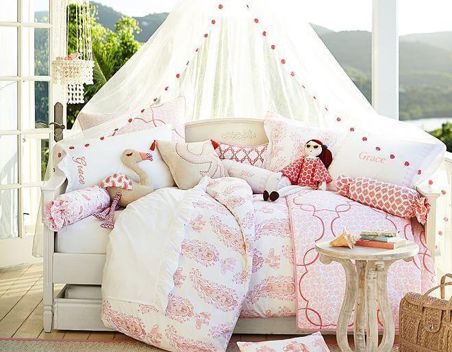 déco chambre enfant - ciel de lit blanc, literie en blanc et rouge et coussins polochon