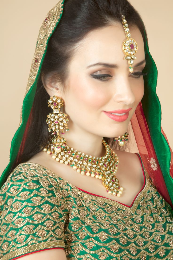Vilandi set with ruby and emerald green stone in gold plating. Item number J15-216