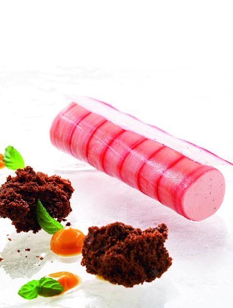 Rabarber-canneloni med tørret chokoladebrioche, kondenseret mælk og mynte