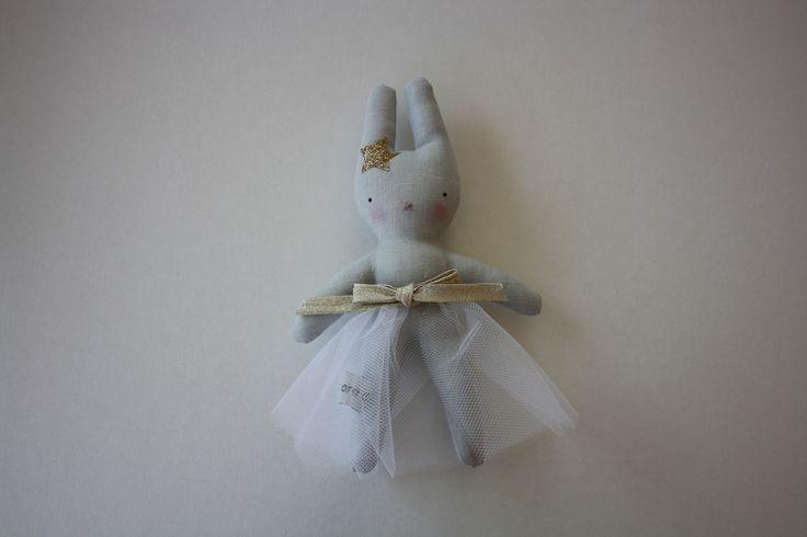 Mini Adélaïde : Lapin décoratif en lin, jupe en tulle blanc : Jeux, peluches, doudous par larmoire-dadele