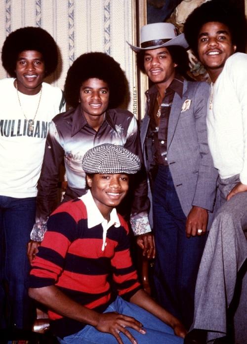 Brotherly love ♥ L-R Jackie Jackson, Michael Jackson, Marlon Jackson, Tito Jackson and Randy Jackson.