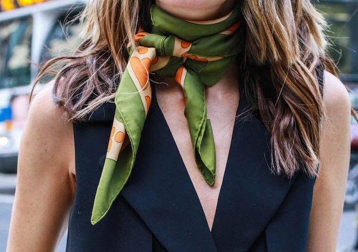 黒いワンピースには、派手めスカーフを合わせれば着回し無限大なことが判明。柄や、巻き方を工夫して貴女の黒ワンピをもっとフル活用しませんか?