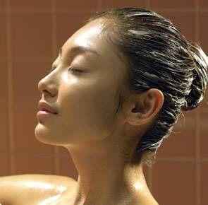Zábal pro silné a dravé vlasy i v zimě: domácí kúra ze 2 lžic olivového oleje, 1 rozšlehaného vejce a 50 ml piva. Vlasy zabalte do staršího ručníku a nechte zábal 1 – 3 hodiny působit.