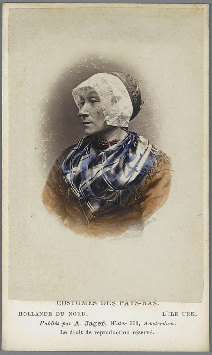 Vrouw in Urker streekdracht. Costumes des Pays-Bas. - Hollande du Nord. - L'île Urk. 1875-1885 fotograaf: Jager, A. #Urk