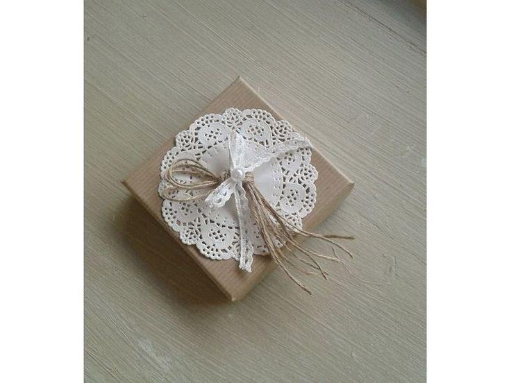 Κουτί κραφτ με δαντέλα και πέρλα μικρή