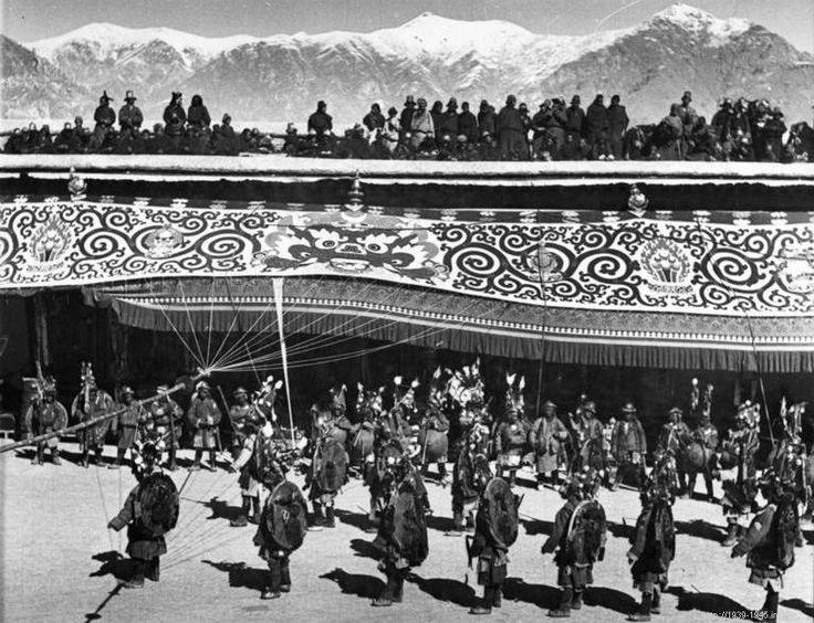 File:Bundesarchiv Bild 135-BB-109-04, Tibetexpedition, Neujahrsfest im Potala.jpg Original caption Tibetexpedition, Neujahrsfest im Potala Lhasa, Kriegs-, Teufels- und Lamatänze anlässlich des heranrückenden Neujahrsfestes im Hofe des Potala