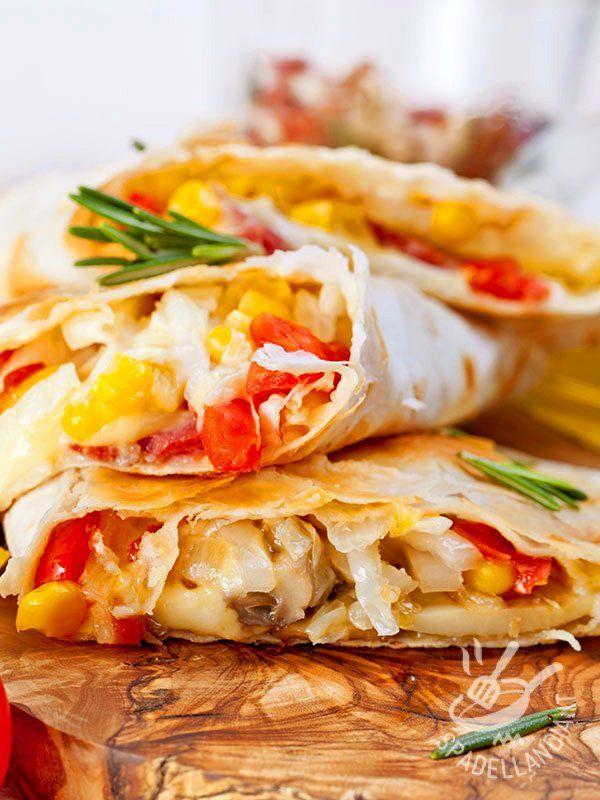 Tortillas vegetariane: gustosissime tortillas ripiene di un mix coloratissimo e gustoso di verdure: champignon, peperoni, cipolle, mais...