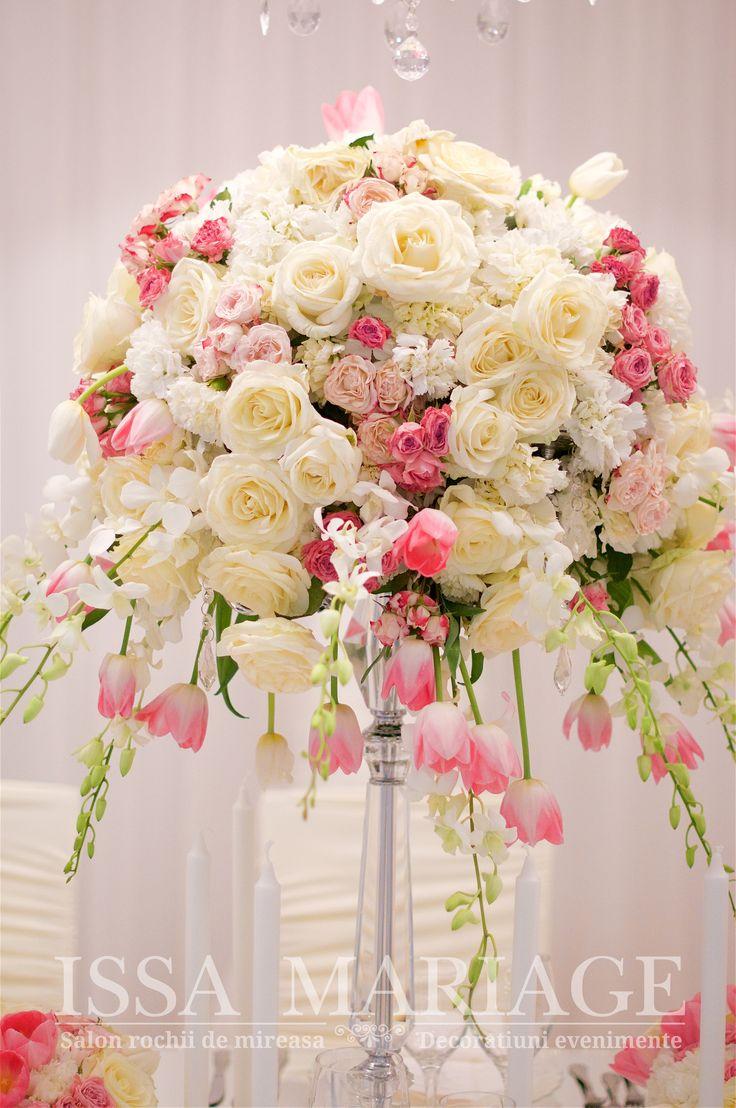 Decoratiuni nunta sfesnic cristal cu aranjament floral si voaluri albe IssaEvents 2017
