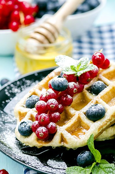 breakfast : waffles with fresh berries